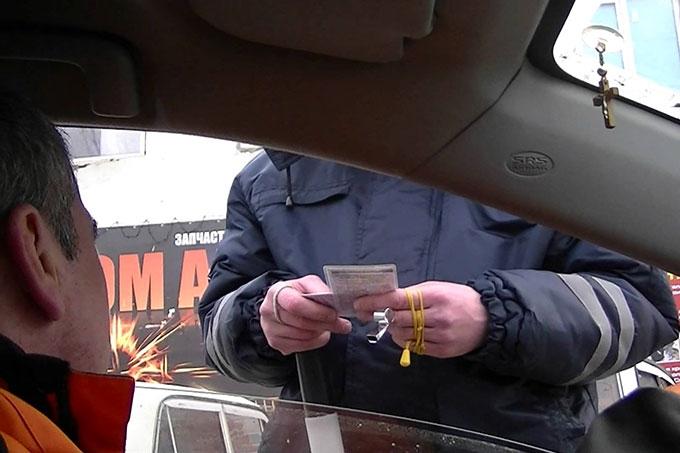 Должен ли водитель передавать документы инспектору ДПС