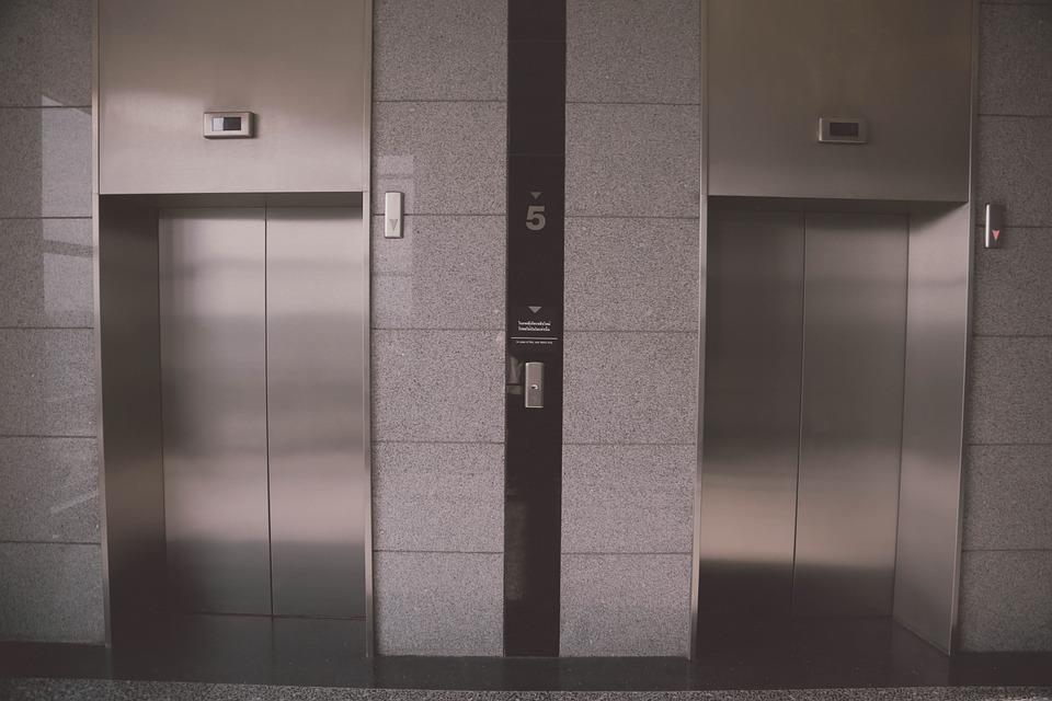 Житель России отсудил компенсацию морального вреда за то, что просидел в застрявшем лифте более часа