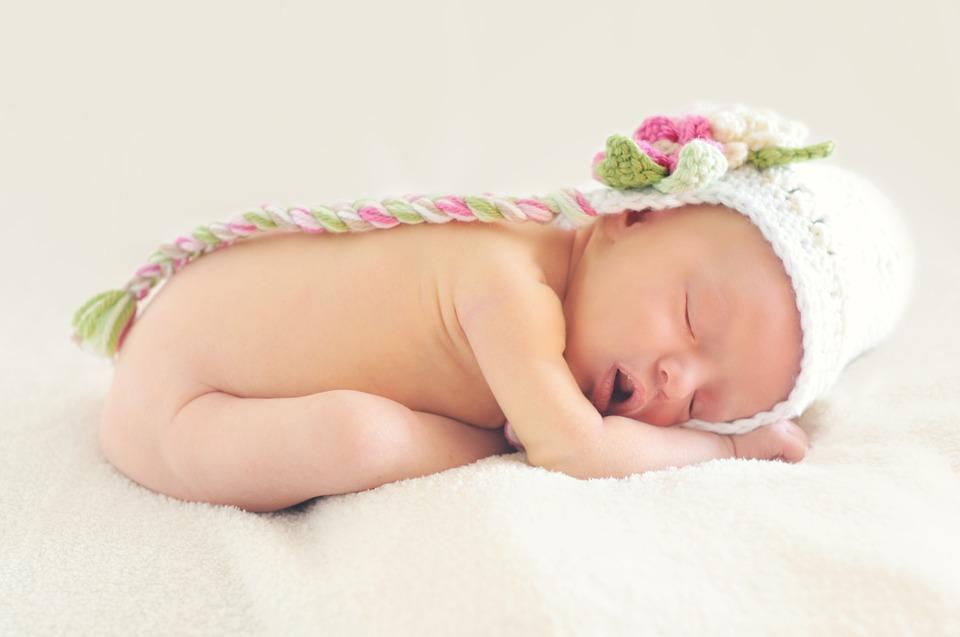 Министр промышленности и торговли Мантуров пообещал при выписке мамам новорожденных набор вещей на 10 000 рублей