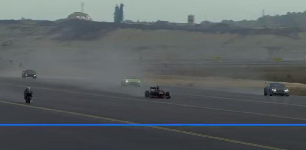 Необычная гонка на взлетной полосе: Самолеты, автомобили F1 и мотоцикл (видео)