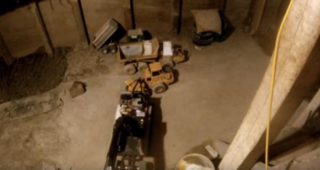 Канадец 14-й год роет подвал под своим домом с помощью «игрушечных» моделей строительной техники
