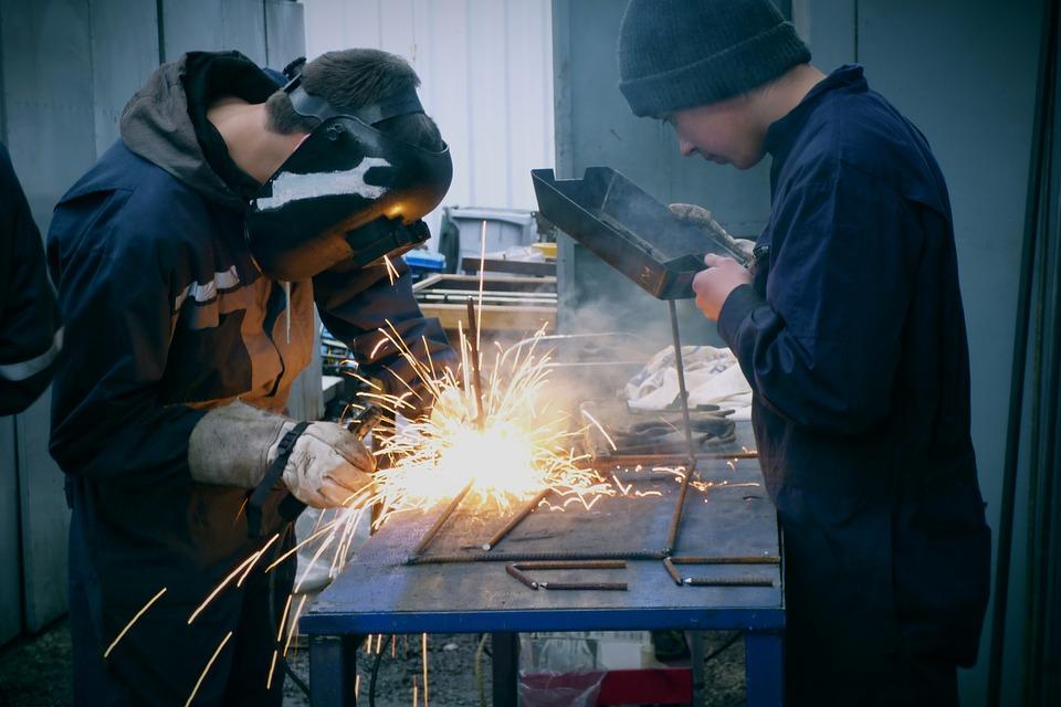Распределение работающих жителей России по зарплате, профессиям, и среднему возрасту