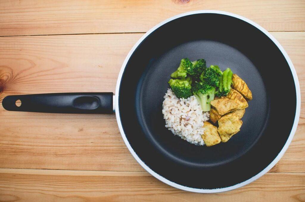 Чешские ученые объяснили, почему еда прилипает к сковороде с антипригарным покрытием