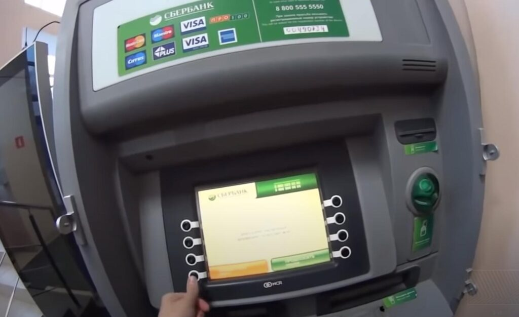 Что нужно и что нельзя делать при снятии наличных в банкомате