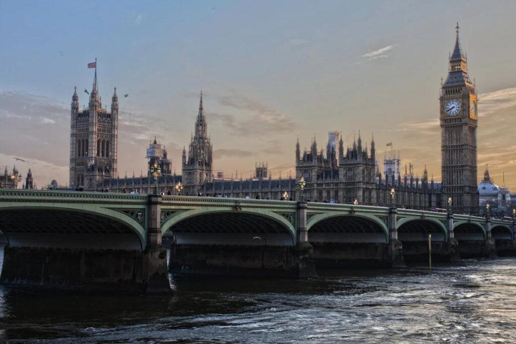 В Великобритании снижается количество заболевших и смертность от COVID-19
