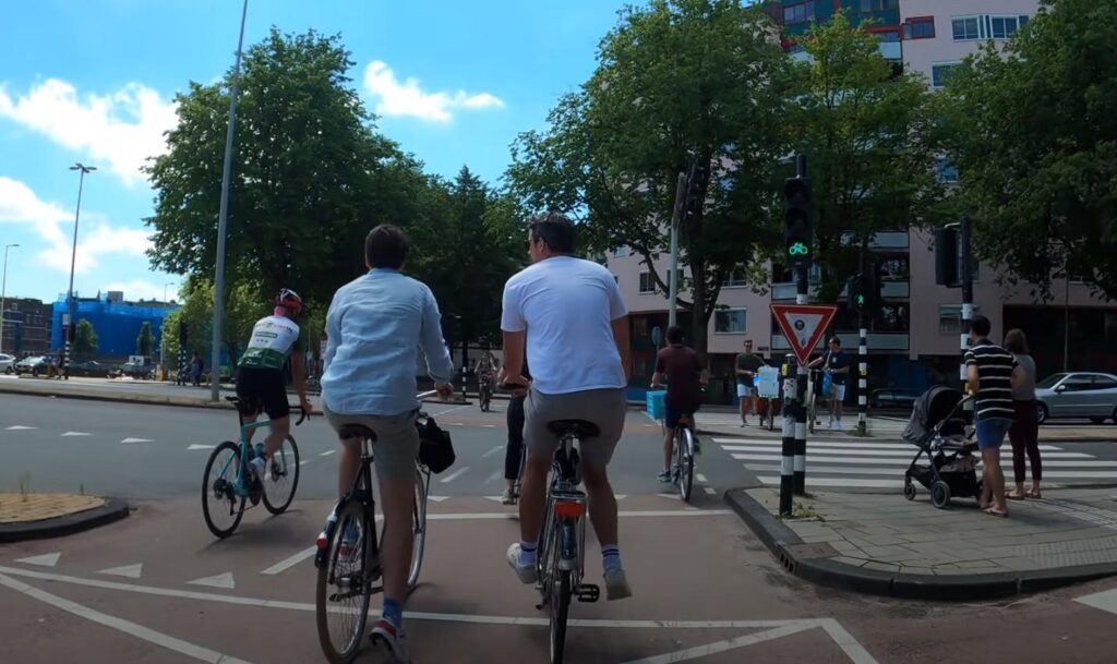 Как велосипедистам передвигаться по дорогам - узнайте самые важные особенности
