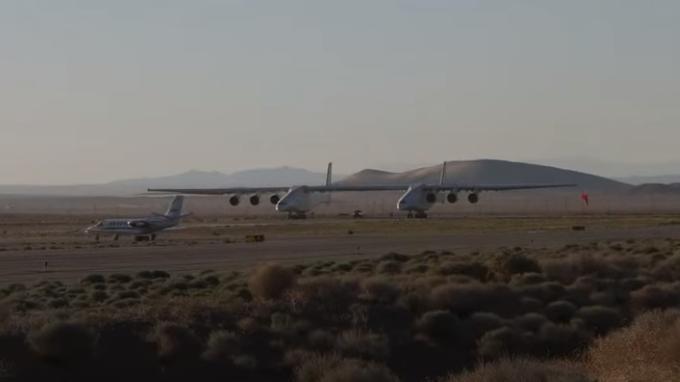 Взлетел самый большой в мире по размаху крыльев самолет (Видео)