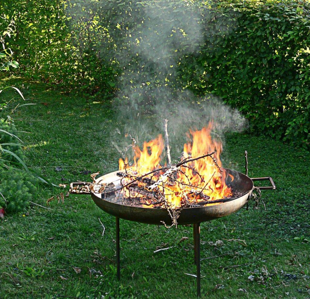 Можно ли сжигать траву, жечь костер на участке своего домовладения
